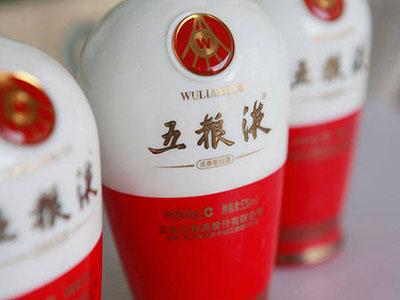 我相信白酒在中国已经有几千年的历史,不管是朋友小聚、还是家人团圆都与白酒都有着息息相关的联系,那么现如今市场上也有很多以坏充好的白酒,特别是在比较高档的地方更是鱼龙混杂 ,如果不小心,对自己的身体也会有危害。那我们就要掌握一些去鉴别真假的方法,那不是就成了我们的防身术了吗?那么今天五湖液小编就来带大家学习一下到底怎么样去辨别五粮液的真假呢!
